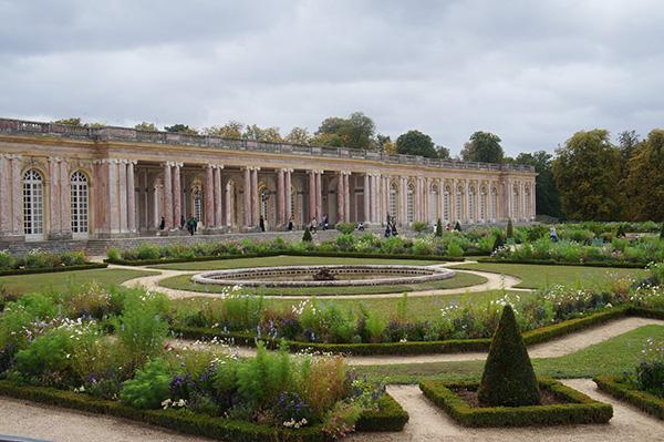 凡爾賽宮-皇后宮與美麗的花圃。