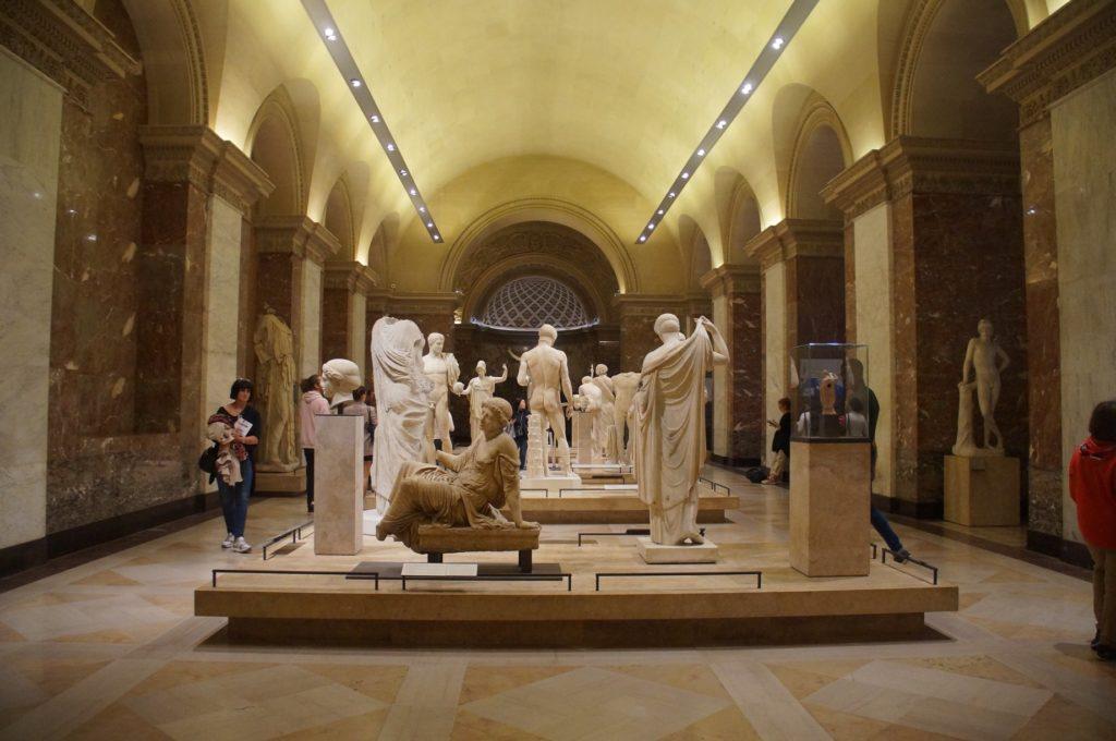 羅浮宮內的神話雕像群