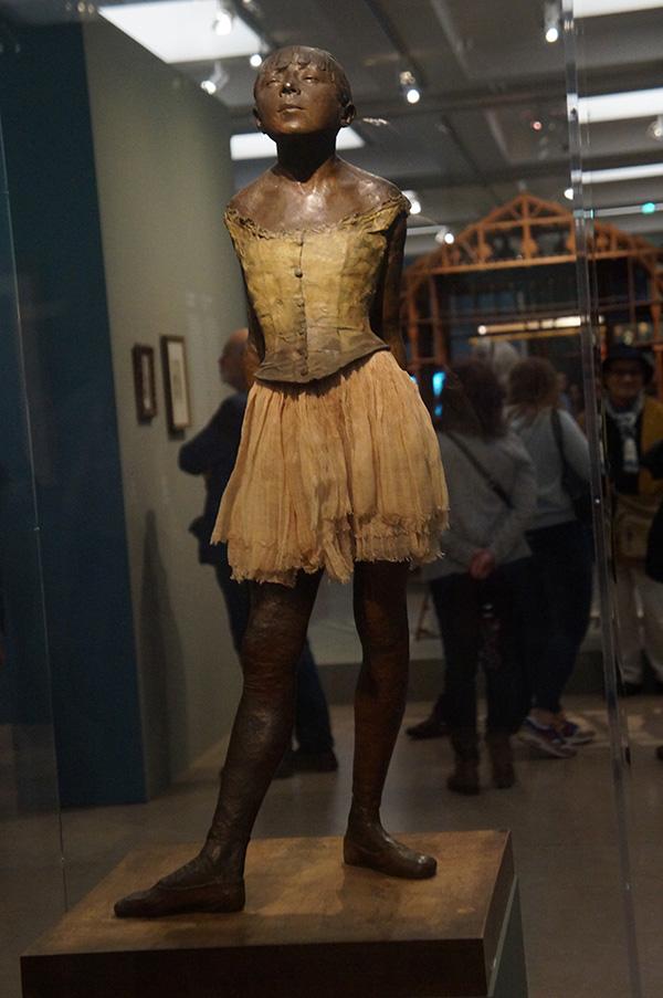 竇加著名的雕塑作品之一,14歲的小芭蕾舞者