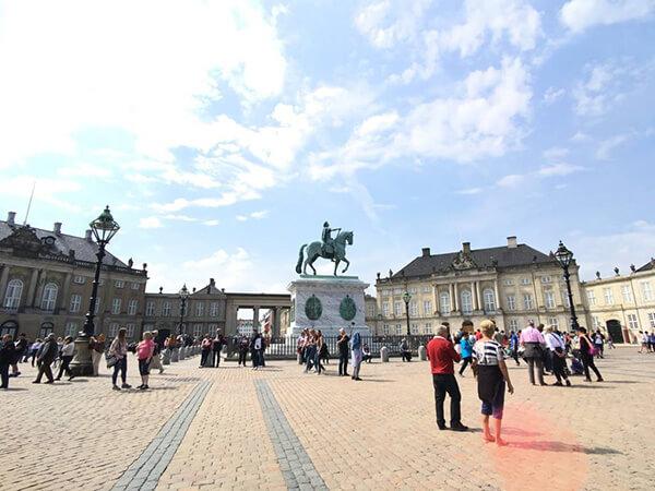 廣場中央的騎馬雕像描繪的是阿馬林堡皇宮的建造者腓特烈五世。