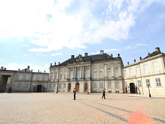 阿馬林堡皇宮,女王準備出門。