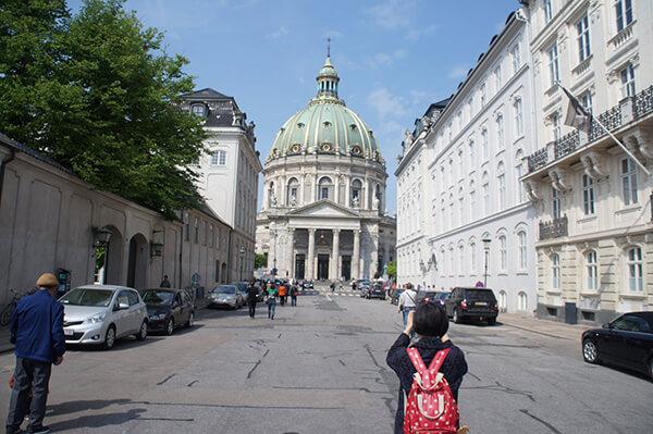 阿馬林堡皇宮與腓特列教堂根本就是鄰居,印象中可以同時看見兩者!