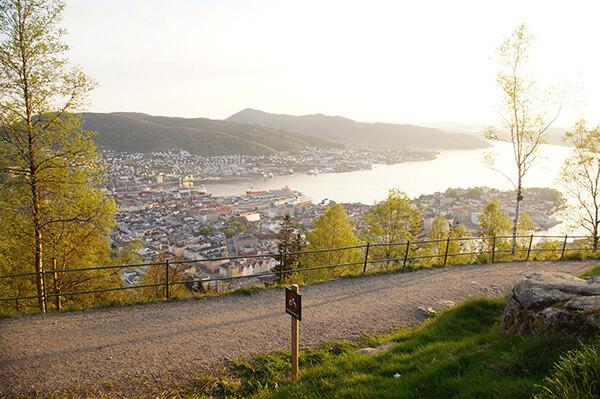 挪威卑爾根風光,弗洛伊恩山下山風景,其實沿途怎麼看都美。推薦來到卑爾根,天氣好的話一定要上來看看喔!