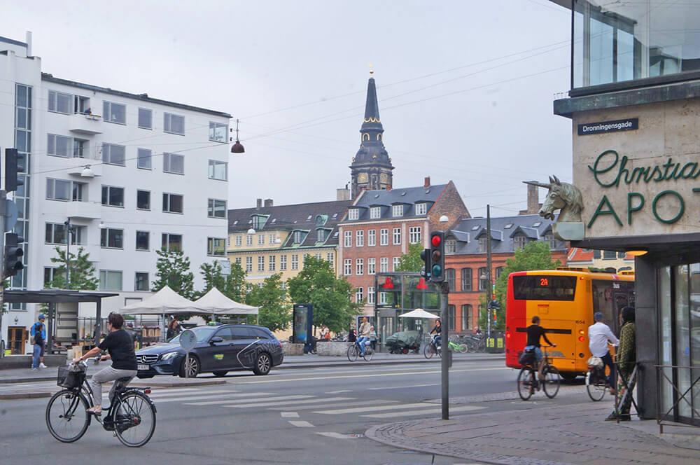 丹麥哥本哈根市區街景,到處都是騎腳踏車的人。