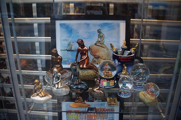 哥本哈根童話城,小美人魚雕像周邊商品很多!