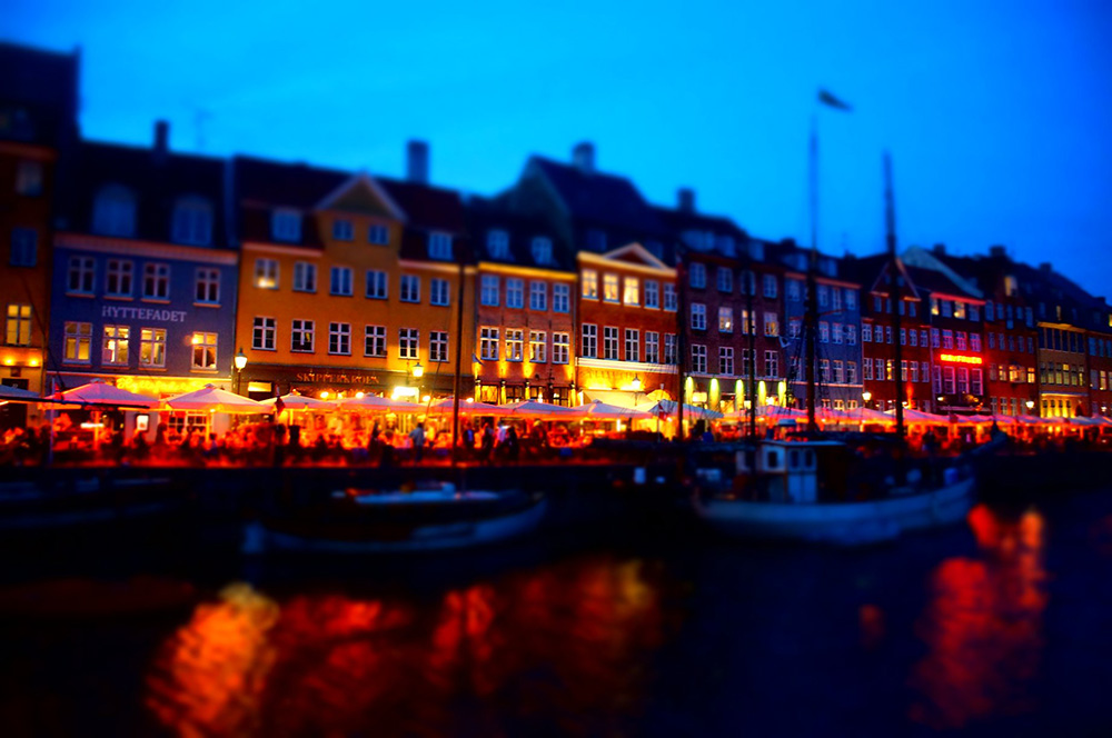 丹麥新港彩色小房子夜晚變成酒吧,另類浪漫。