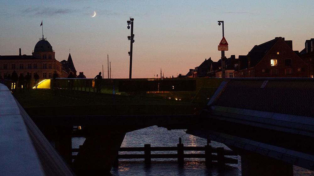 涼爽的歌本哈根港城,美麗涼爽的5月底,月牙升起。