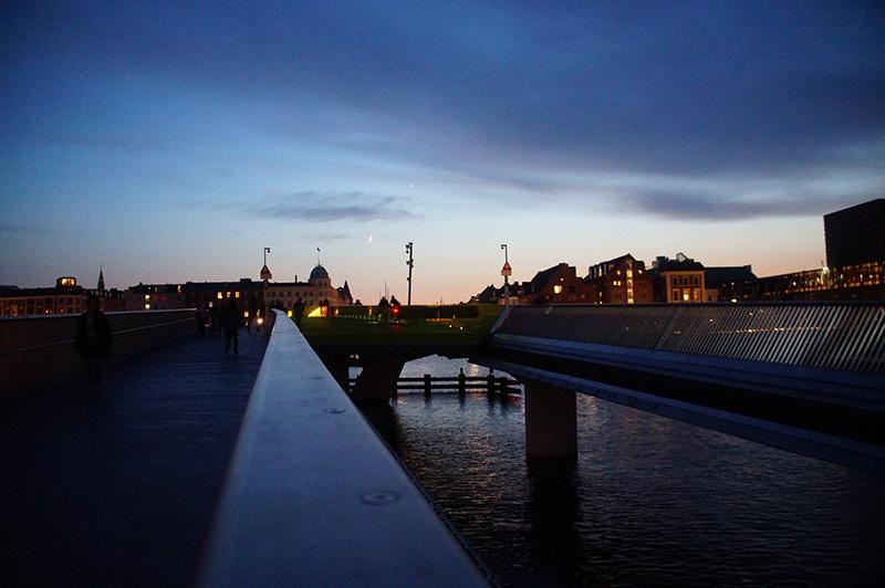 新港旁步行橋上風光。哥本哈根晚霞天空很美,天色也轉瞬黑了下來,於是我們漫步回家。