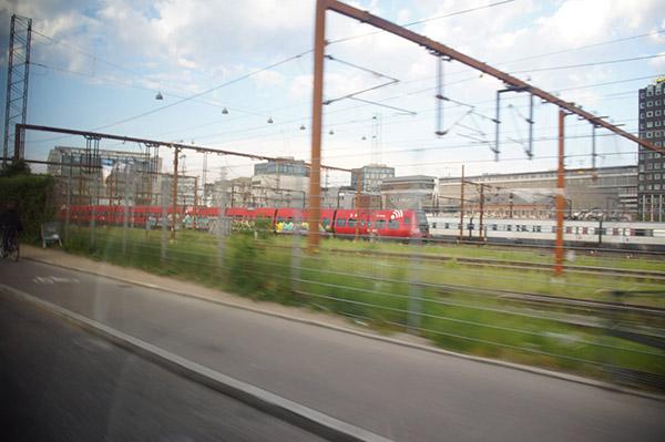 巴士沿著鐵軌公路行走,靠近中央火車站後接著停駛,放大家下車。