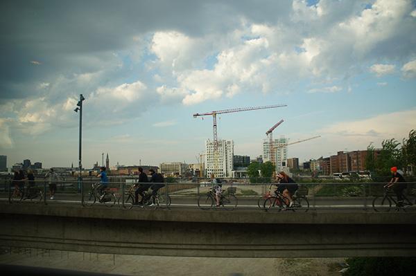高空鷹架與其著腳踏車的人群,丹麥到了,但跟期待的安徒生童話國頗有落差.....