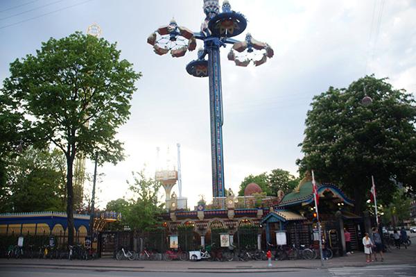 走過車站就看到遊樂園設施,太狂了!