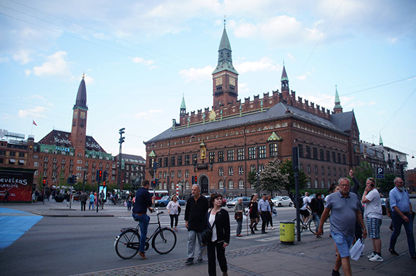 丹麥一路上的尖塔建築,沒記錯的話照片中是哥本哈根的行政議會廳。