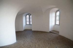 圓塔內部,真的很大,可以讓馬車進來的大小。