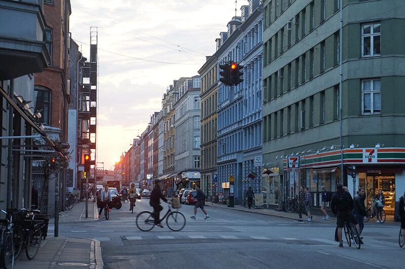 哥本哈根圖夕陽西下的街景。