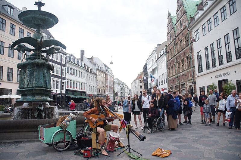 哥本哈根,圓塔前,送子鳥噴泉廣場,助產士畢業傳統。