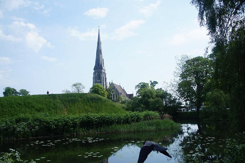 氣質美麗的聖阿爾班教堂,花園視角。