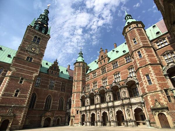 仰拍丹麥腓特烈堡城堡看起來更巨大!真的很雄偉!
