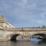 美麗的橋樑。皇冠裝飾。