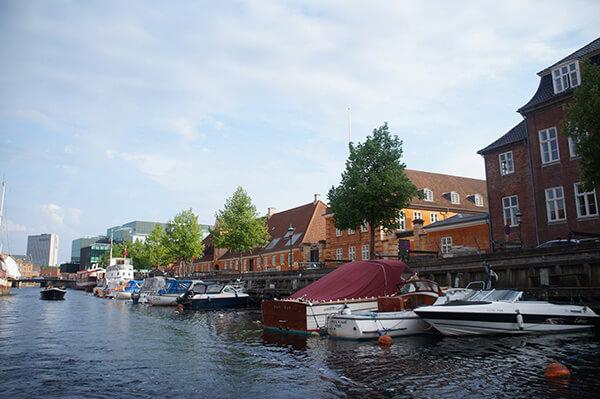 哥本哈根水道風景,許多私人船隻綁在水道上。