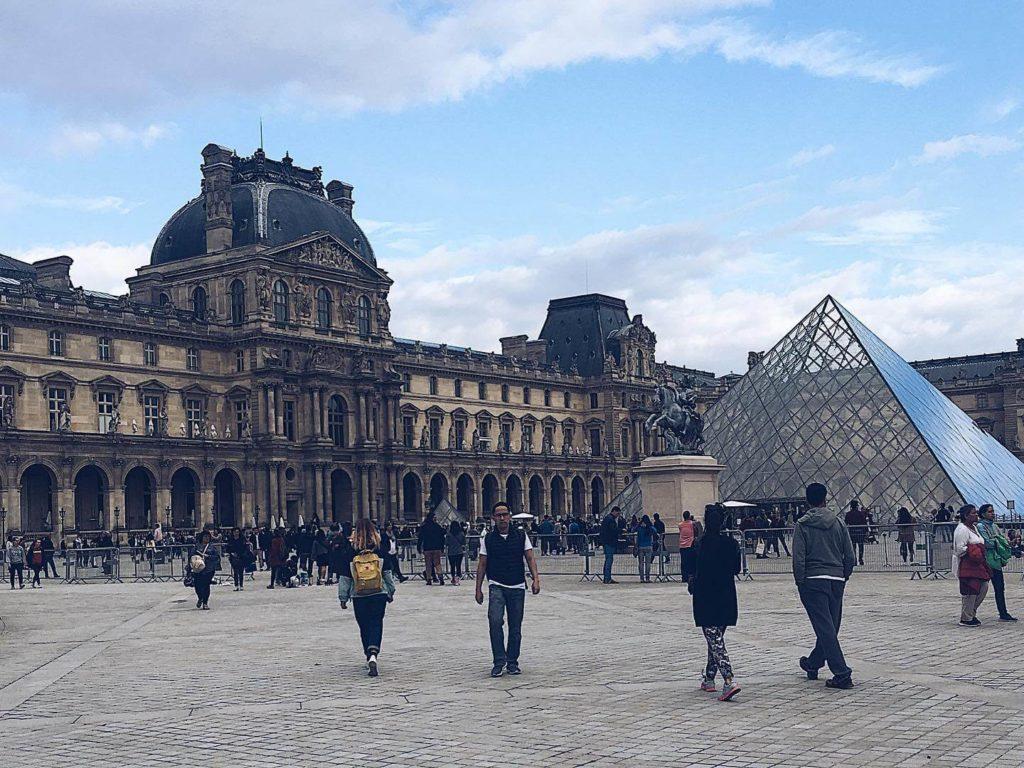 羅浮宮與著名的透明金字塔