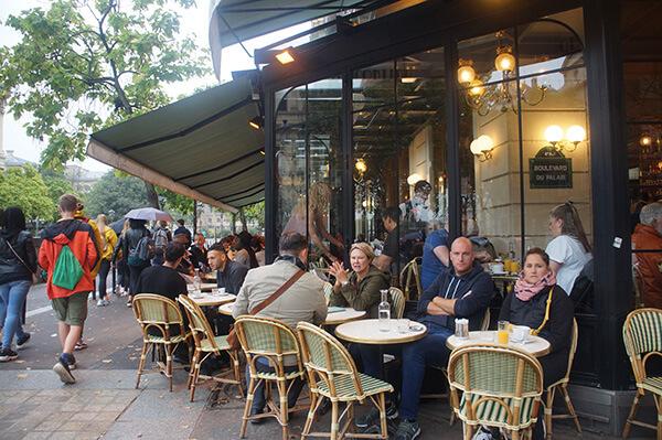 聖禮拜堂對街的咖啡廳