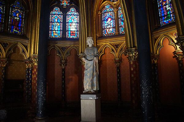 下禮拜堂深處的塑像及花窗