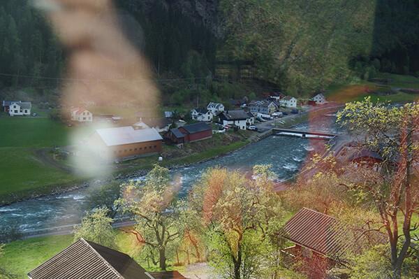 從世界最美鐵路的車廂內,往外看下去的美景。