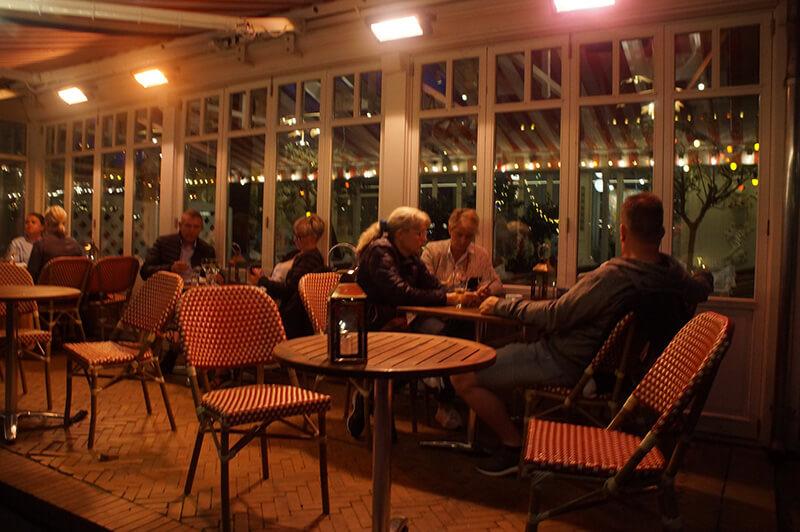 餐廳等待的人們
