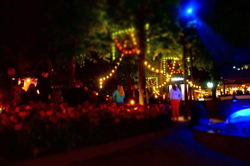 趣伏裡公園,滿滿的人潮,現場有種快樂溫馨熱鬧的氛圍!