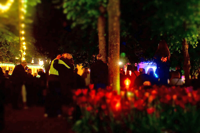 趣伏裡公園,聽著聽著擁抱在一起的人們!