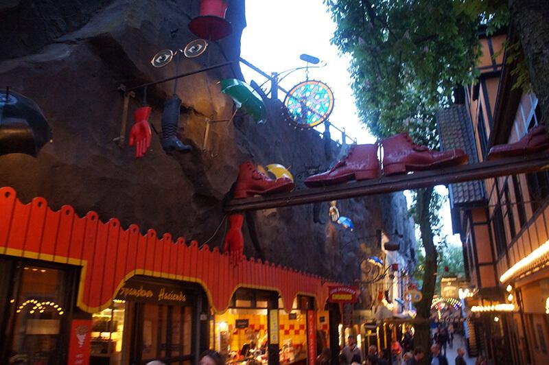 TIVOLI樂園,暗色調的洛可可華麗風,就是電影裡常出現的歐風樂園,好熱鬧。