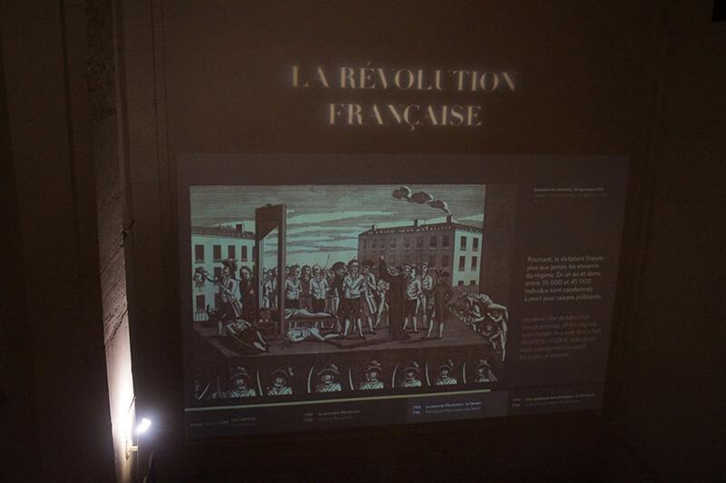 牆上投影幕,播放著法國大格命的過程,法國大革命重要舞台之一,就是巴黎古監獄。
