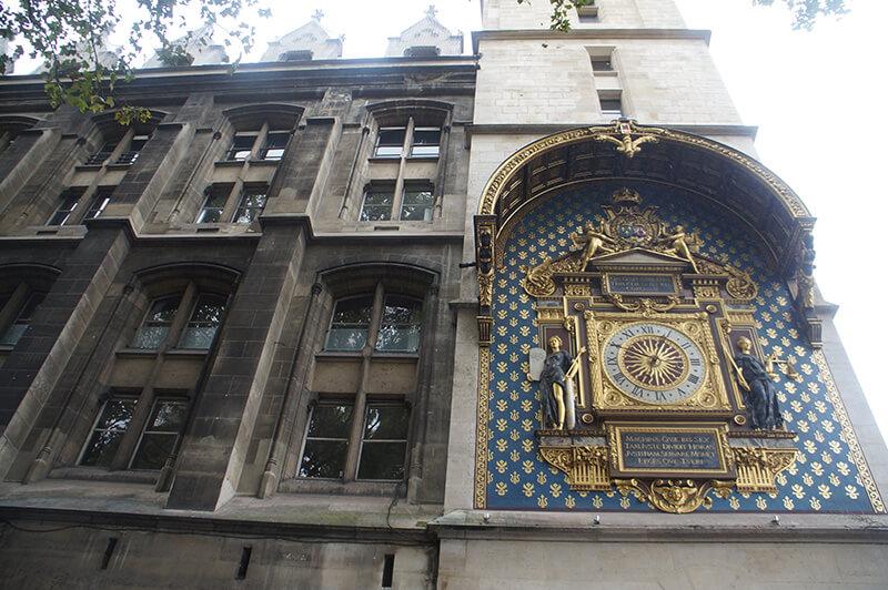 巴黎古監獄外牆上的華麗大鐘,是其最顯著的標記!
