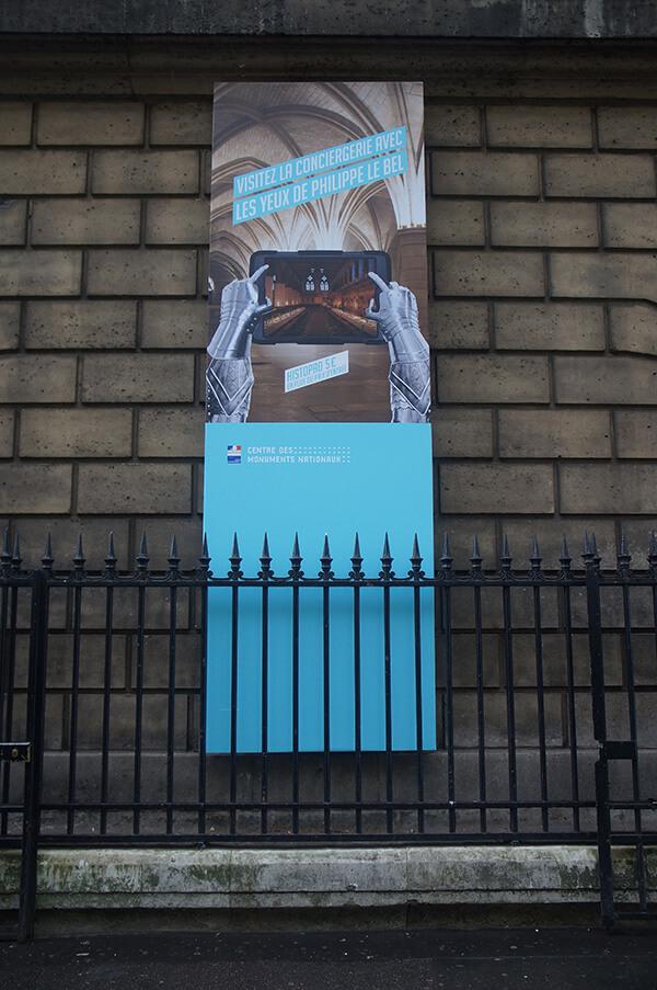 巴黎古監獄門口牆上,AR擴增實境History pad的宣傳海報。