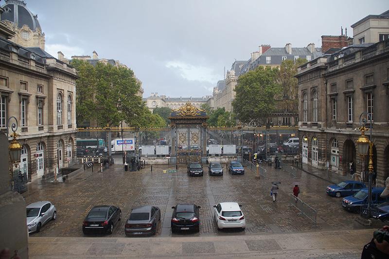從司法宮樓梯口往外望去的街景,多雨的巴黎。