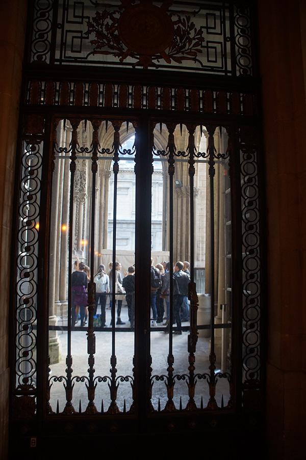 可窺見聖徒禮拜堂陽台的落地玻璃窗。