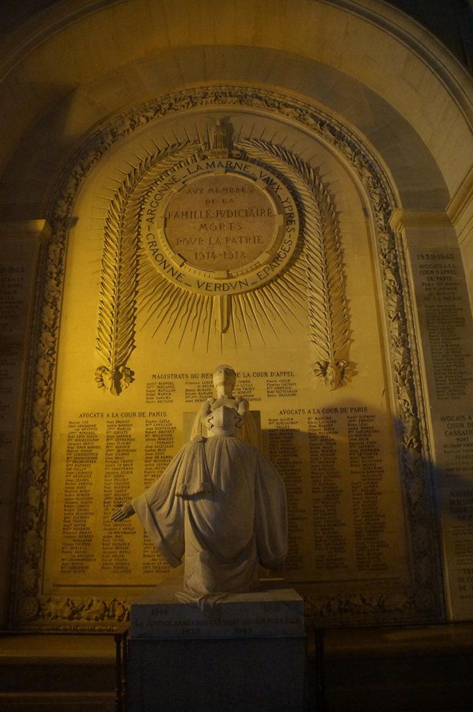 司法宮內巨大的雕像