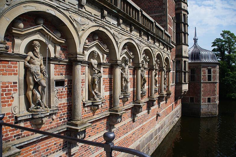 腓特烈堡城堡護城牆上的雕像也十分精美。