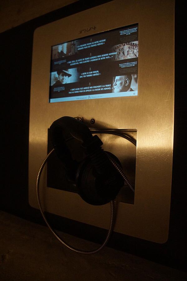 地下墓室休息座椅區聽筒。