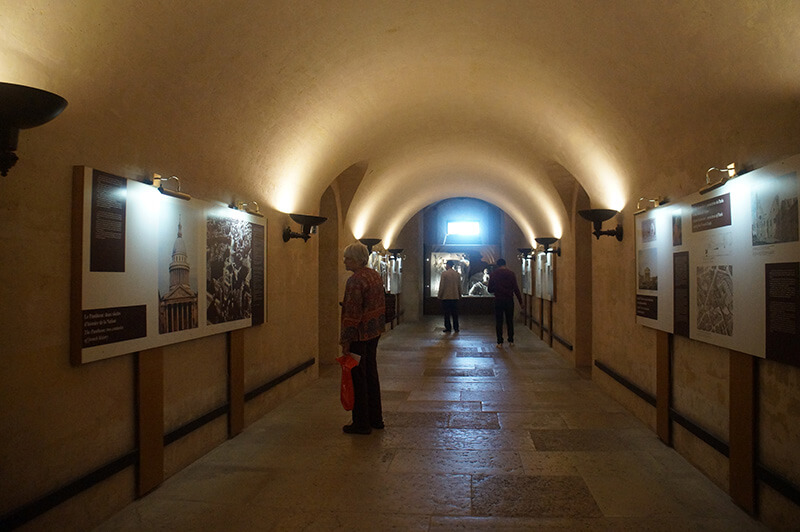 地下墓室展板,介紹此座萬神殿歷史。