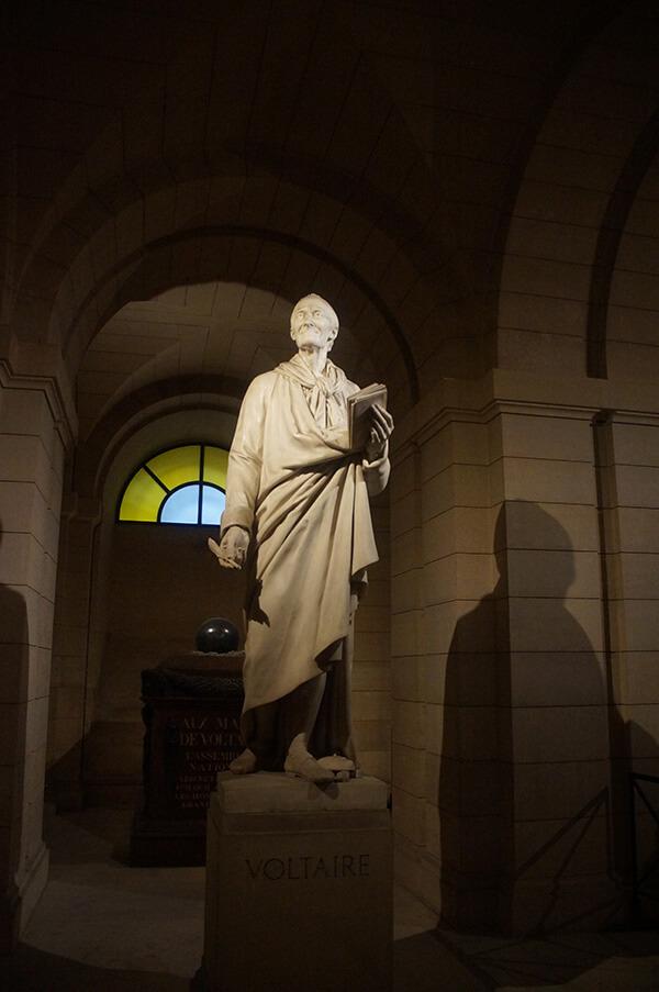 萬神殿地下墓室唯一的名人雕像,伏爾泰「法蘭西思想之父」