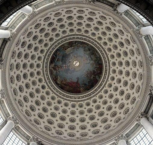 仰望萬神殿大圓頂,三層圓頂結構。