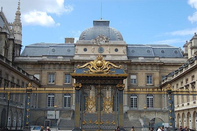 巴黎司法宮正中央大門。