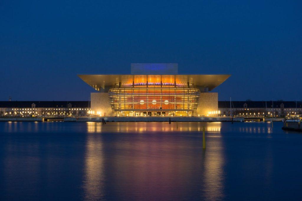 夜晚美麗的哥本哈根歌劇院