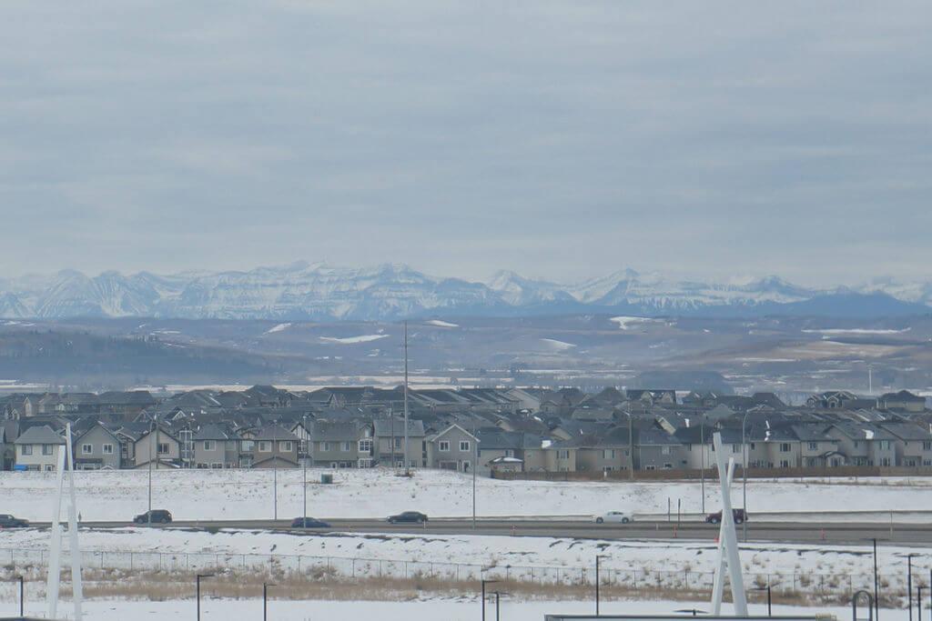 為什麼來加拿大打工度假,為什麼來卡加利?昨夜飯店窗外遠景,遠方可能是洛磯山脈吧