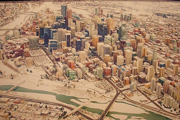 飯店裡漂亮的Calgary downtown 畫作,加拿大打工度假為什麼是卡加利呢?