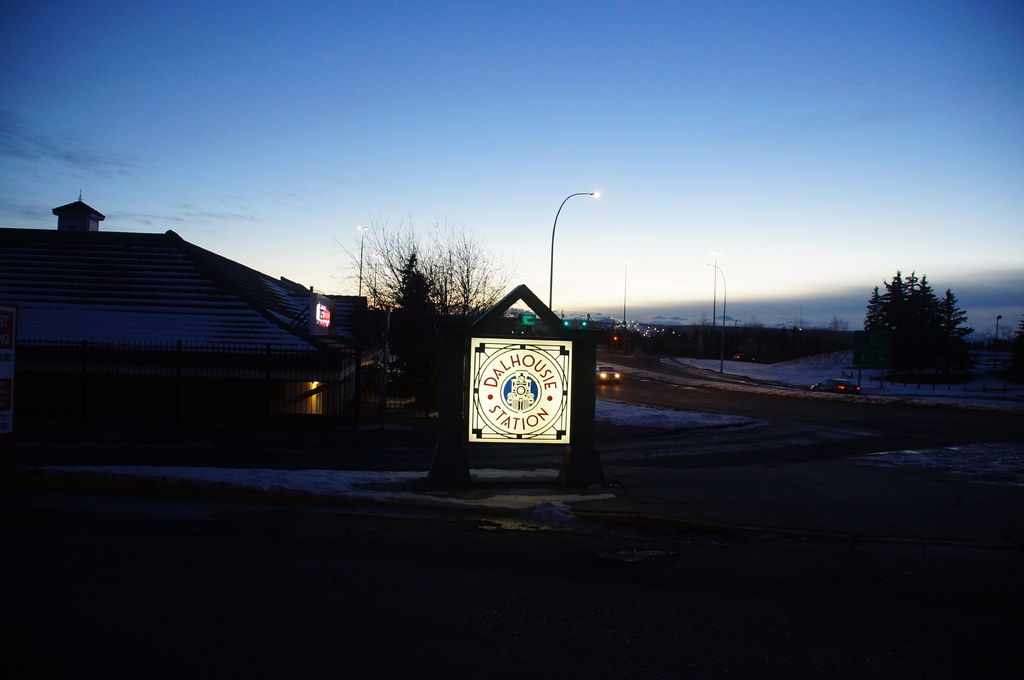 加拿大卡城的DALHOUSIE 捷運站旁邊商圈到了!!很重要的地點。有餐廳有超商。