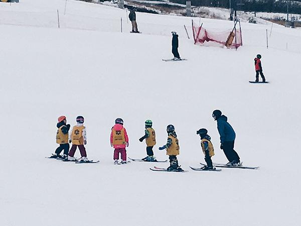 超級可愛的雪場幼幼班!加拿大小朋友超早就開始學滑雪了!