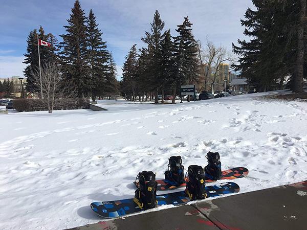 第二次的雪板之旅,在學校體育室租了雪具,在路邊等待公車前往winsport的兩人。