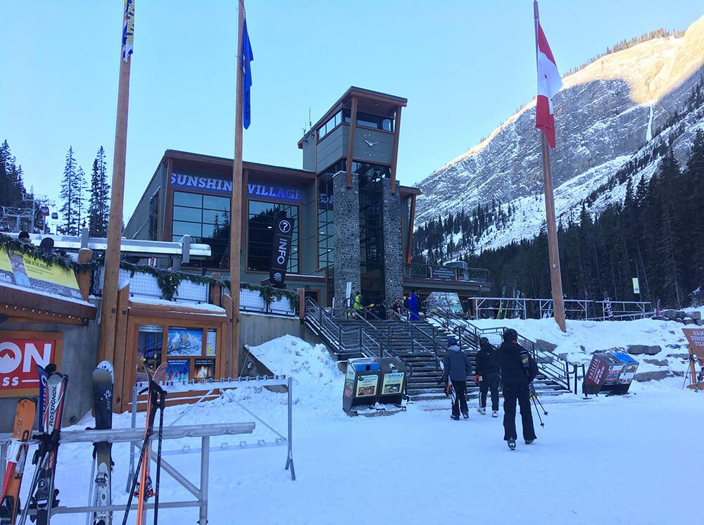卡加利四季風光,滑雪是重點。sunshine雪場入口,準備搭纜車上山囉!